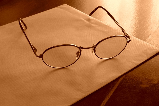 конверт и очки